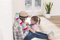 Madre e hija jugando en un nuevo hogar - foto de stock