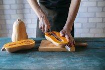 Man cutting pumpkin — Stock Photo