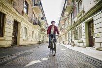 Germany, Hamburg, St. Pauli, Man riding bicycle in he city — Stock Photo