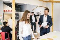 Les gens d'affaires travaillant ensemble à un atelier — Photo de stock