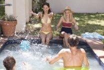 Друзі весело у басейну — стокове фото