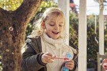 Дівчина робить мильних бульбашок — стокове фото