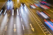 Verkehr auf Bundesstraße in der Nacht — Stockfoto
