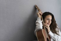Junge Frau mit Gitarre — Stockfoto