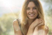 Lächelnde Frau blickt in die Kamera — Stockfoto