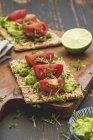 Хлеб с семенами, крем из авокадо — стоковое фото