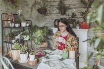 Femme buvant du thé et en regardant les peintures — Photo de stock
