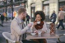 Couples ayant le café au café — Photo de stock