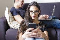 Портрет молодой женщины с мобильным телефоном — стоковое фото