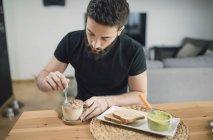 Man preparing breakfast — Stock Photo