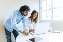 Paar mit laptop — Stockfoto
