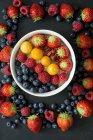 Ciotola di muesli con vari frutti di bosco — Foto stock
