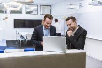Geschäftsleute diskutieren bei Treffen — Stockfoto