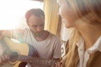 Mann spielt zu Hause Gitarre — Stockfoto