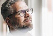Homme d'affaires penser et détourner les yeux — Photo de stock