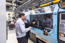 Zwei Männer reden über Maschinen — Stockfoto