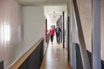 Homme d'affaires et femme d'affaires marchant sur le plancher de bureau — Photo de stock