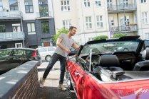 Man washing sports car — Stock Photo
