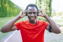 Человек в костюме, слушающий музыку — стоковое фото