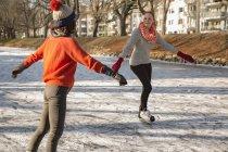Freunde-Eislaufen — Stockfoto