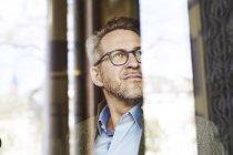 Empresário pensativo, olhando de soslaio — Fotografia de Stock
