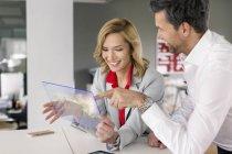 Sourire, homme d'affaires et femme d'affaires à l'aide d'appareil portable futuriste — Photo de stock