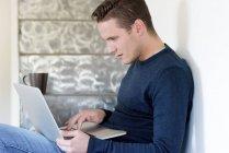 Человек с помощью ноутбука — стоковое фото