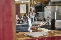 Бизнесмен в буфете смотрит на смартфон — стоковое фото