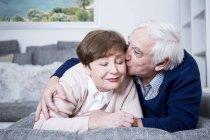 Älteres Paar auf couch — Stockfoto