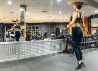 Женщина пропуская в спортзале — стоковое фото