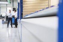 Geschäftsleute stehen in Fabrik — Stockfoto
