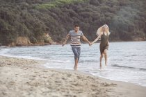 Пара на пляже — стоковое фото