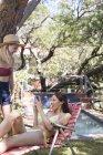 Frauen mit Handy am Pool — Stockfoto