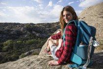 Жінка, відпочиваючи на скелі — стокове фото