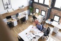 Collègues de travail au bureau — Photo de stock