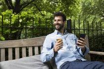 Mann mit Handy und Bier — Stockfoto