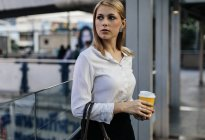 Empresária com xícara de café — Fotografia de Stock