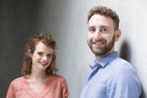 Homem e mulher na parede de concreto — Fotografia de Stock
