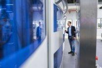 Homem olhando para a máquina — Fotografia de Stock