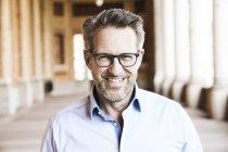 Geschäftsmann mit Stoppeln und Blick in die Kamera Brille — Stockfoto