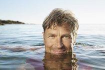 Homme se baigner dans la mer — Photo de stock