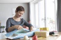 Cadeaux d'emballage femme — Photo de stock