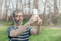 Barbudo tomando selfie - foto de stock