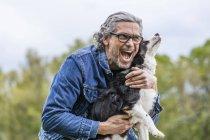 Hombre abrazo perro - foto de stock