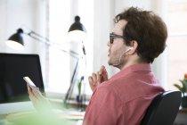 Mann mit Ohrhörer mit Handy — Stockfoto