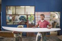 Surfshop працівника з дошки для серфінгу — стокове фото