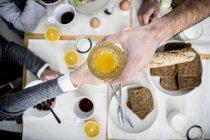 Семья, завтракающая вместе — стоковое фото