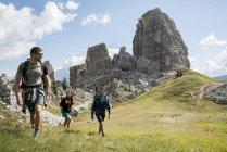 Друзі, походи в гори — стокове фото