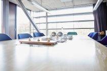 Sala per conferenze vuota in ufficio moderno — Foto stock