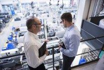Deux hommes parlent à l'usine — Photo de stock